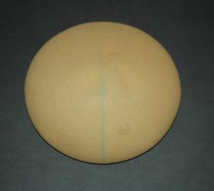 Implant mammaire : enveloppe recouverte de polyuréthane
